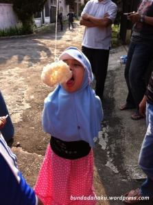 amira makan kerupuk