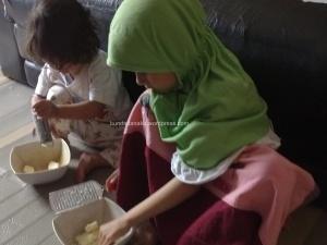 membuat-kue-bersama-anak
